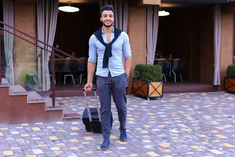 Junger Guy Arab Businessman Student Came gehen zum Restaurant mit SU stockbilder