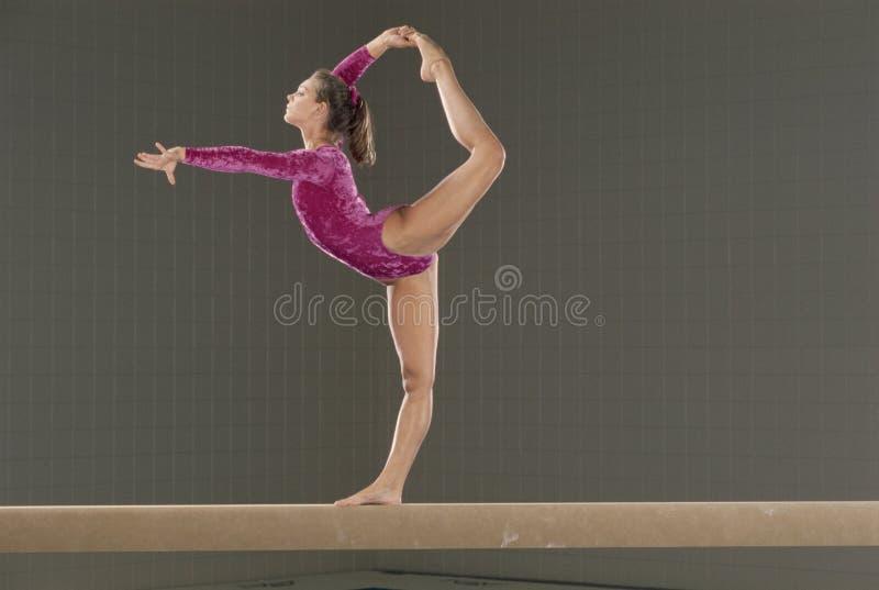 Junger Gymnast auf Schwebebalken stockbild