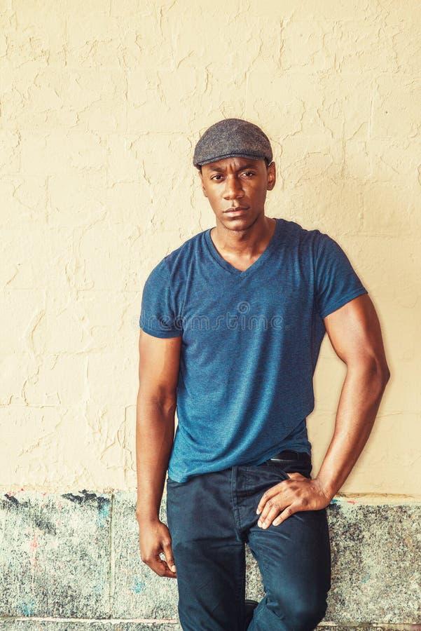 Junger hübscher Afroamerikaner-Mann stockbilder