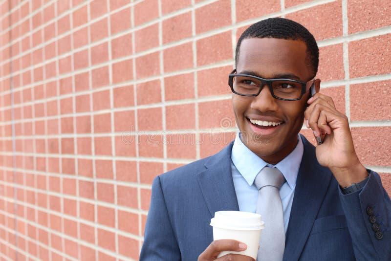 Junger hübscher Afroamerikanerrechtsanwalt auf einem Geschäftsanrufinterview für einen neuen Job stockbild