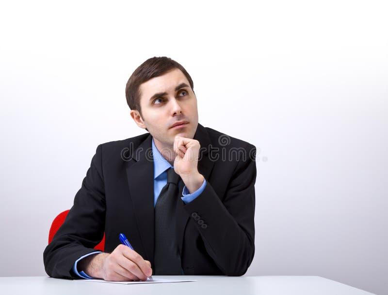 Junger hübscher Geschäftsmann, der einen Brief schreibt lizenzfreies stockbild