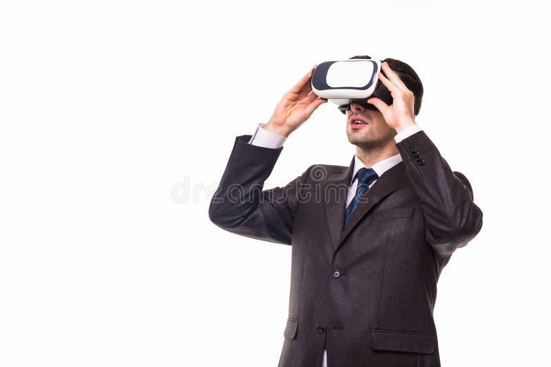 Junger hübscher Geschäftsmann in tragenden Schutzbrillen der virtuellen Realität des schwarzen Anzugs , lokalisiert auf weißem Hi lizenzfreie stockfotos