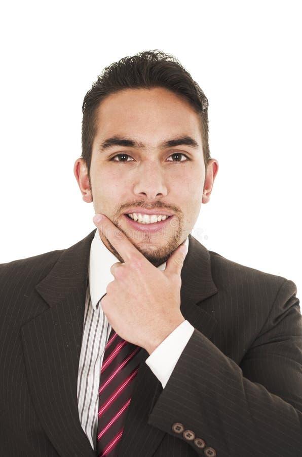 Junger hübscher hispanischer Mann in einer Klage lizenzfreie stockfotografie