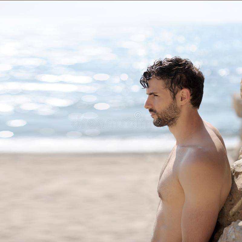 Junger hübscher Kerl mit dem Schnurrbart und Bart, Profilporträt lizenzfreies stockfoto