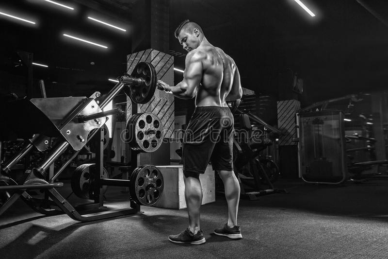 Junger hübscher männlicher Athletenbodybuilder Weightlifter, Übung tuend stockfoto