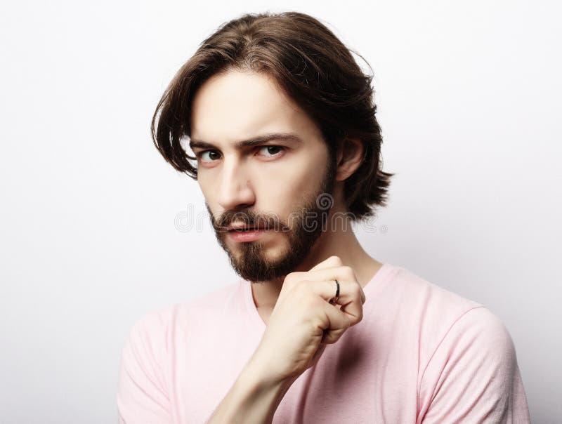 Hübscher mann mit bart