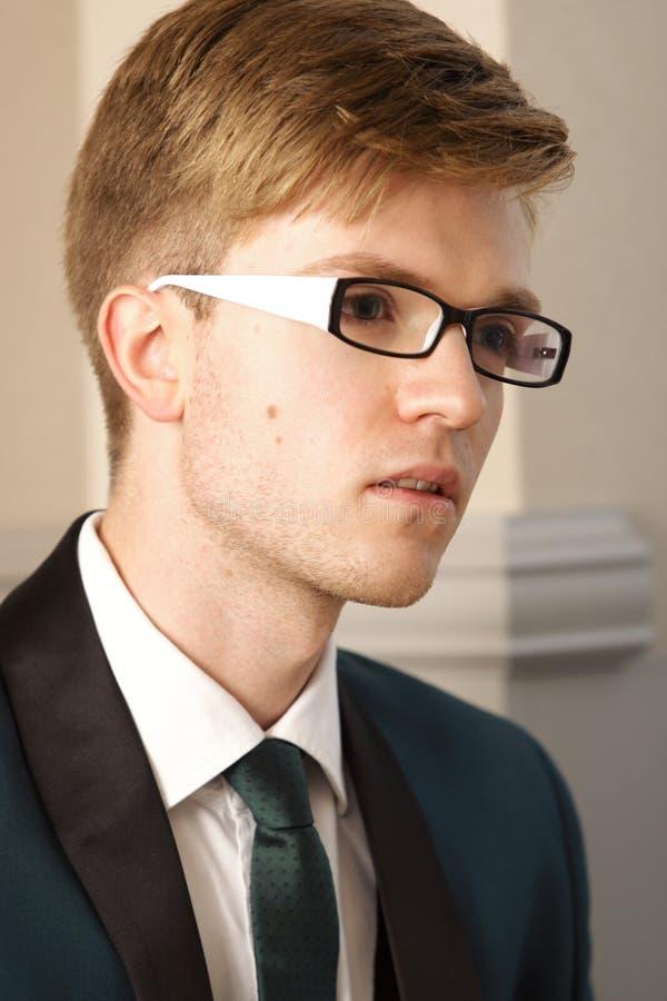 Junger hübscher stilvoller Mann des Porträts Innen lizenzfreie stockfotos