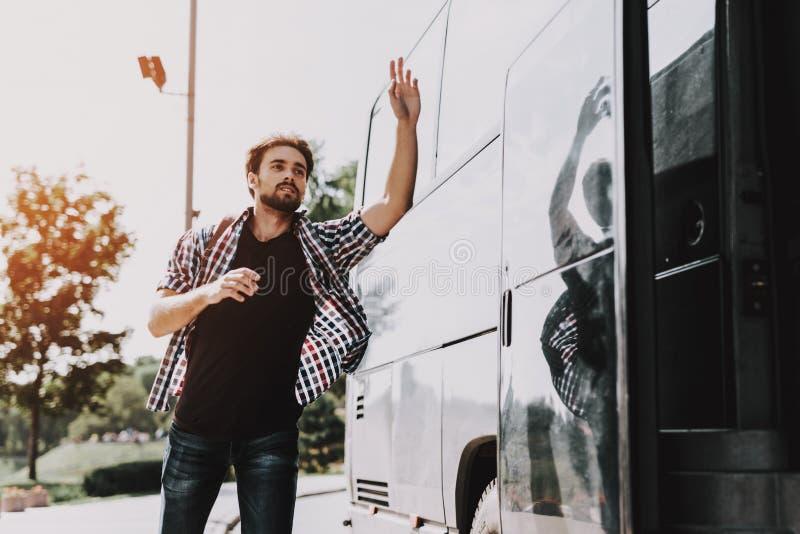 Junger hübscher Tourist fast spät für Bus lizenzfreie stockfotos