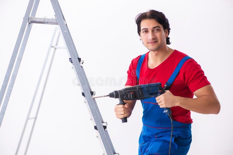 Junger h?bscher Auftragnehmer, der zuhause arbeitet stockfoto