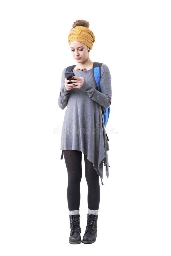 Junger Hippie-Wandererfrauenabenteurer, der tragenden Rucksack des intelligenten Telefons verwendet lizenzfreie stockfotos