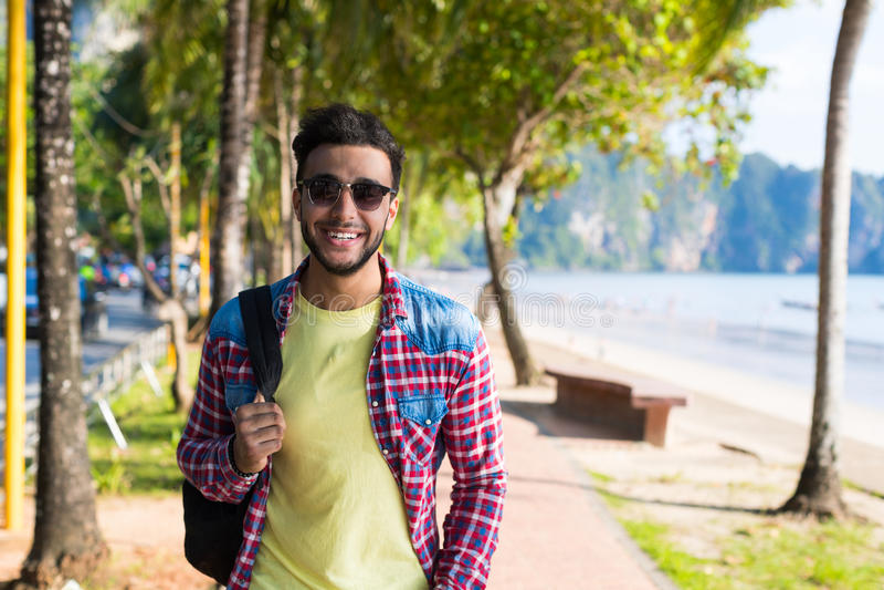 Junger hispanischer Mann-gehender tropischer Strand-Seefeiertag Guy Happy Smiling Summer Vacation stockbilder