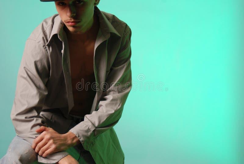 Junger hispanischer Mann im Schatten lizenzfreies stockfoto