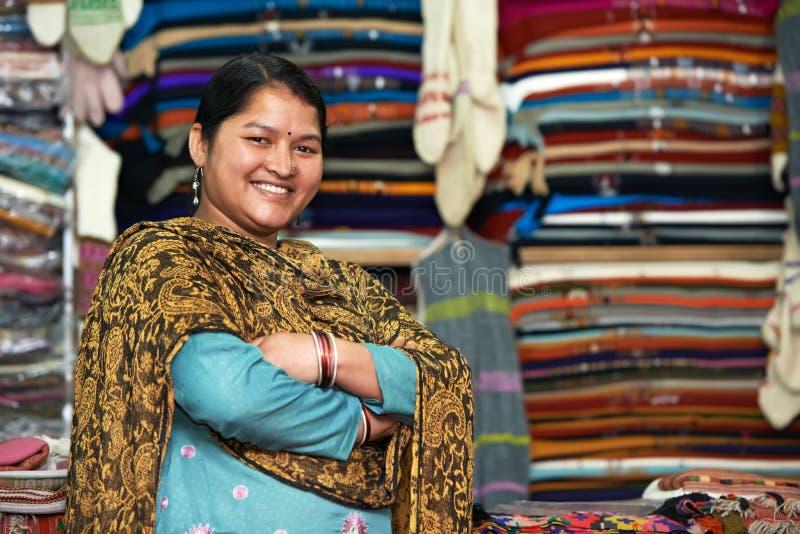Junger indischer Frauenweber stockbild