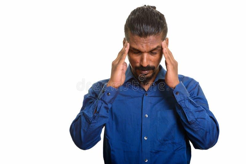 Junger indischer Geschäftsmann, der Kopfschmerzenstudioporträt gegen weißen Hintergrund hat lizenzfreie stockbilder