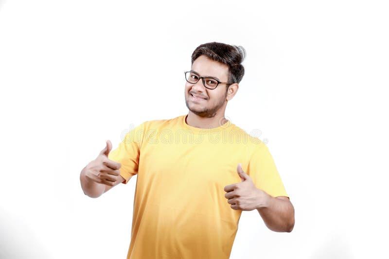 Junger indischer Mann auf Schauspielen stockfotografie