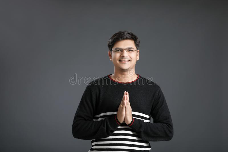 Junger indischer Mann lizenzfreie stockbilder