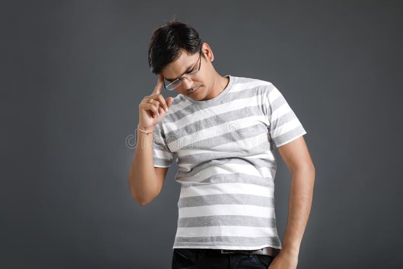 Junger indischer Mann in der Spannung stockfoto