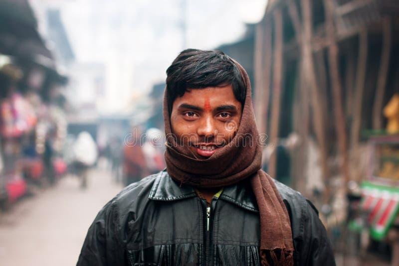Junger indischer Mann eingewickelt in einem Schal stockfoto