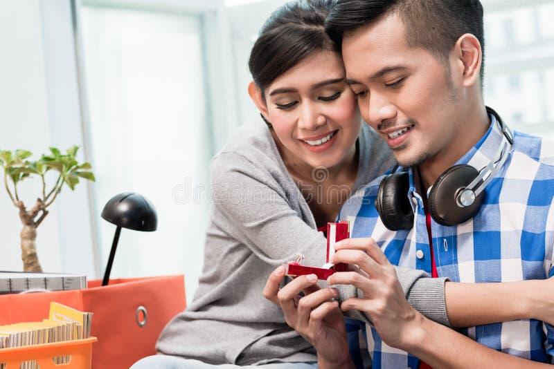 Download Junger Indonesischer Mann Macht Der Freundin Antrag Stockfoto - Bild: 107506170