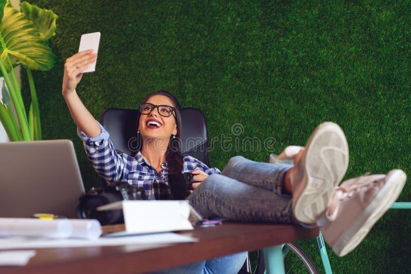 Junger Ingenieur, der ein selfie im Büro nimmt - Bild lizenzfreie stockfotografie