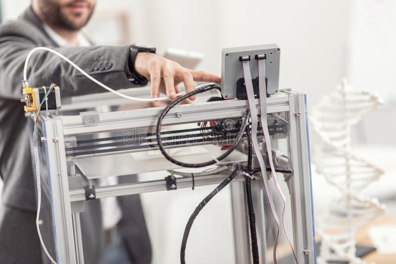 Junger Ingenieur, der Operation des Druckers 3D beginnt lizenzfreie stockfotos