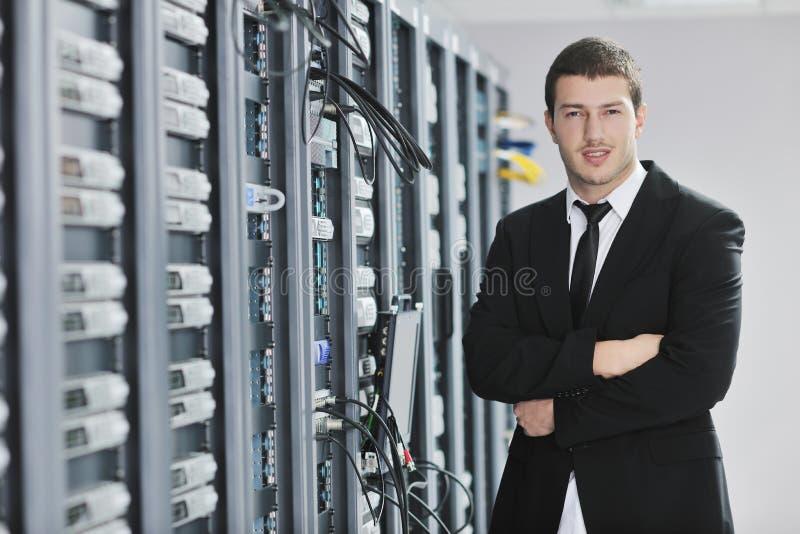 Junger Ingenieur im datacenter Serverraum lizenzfreie stockfotos