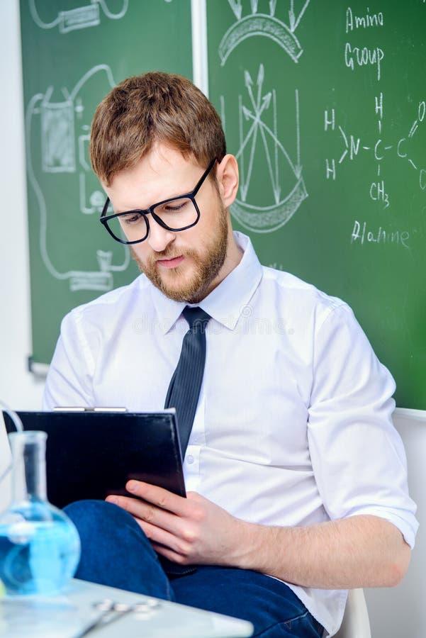 Junger intelligenter Lehrer stockbilder