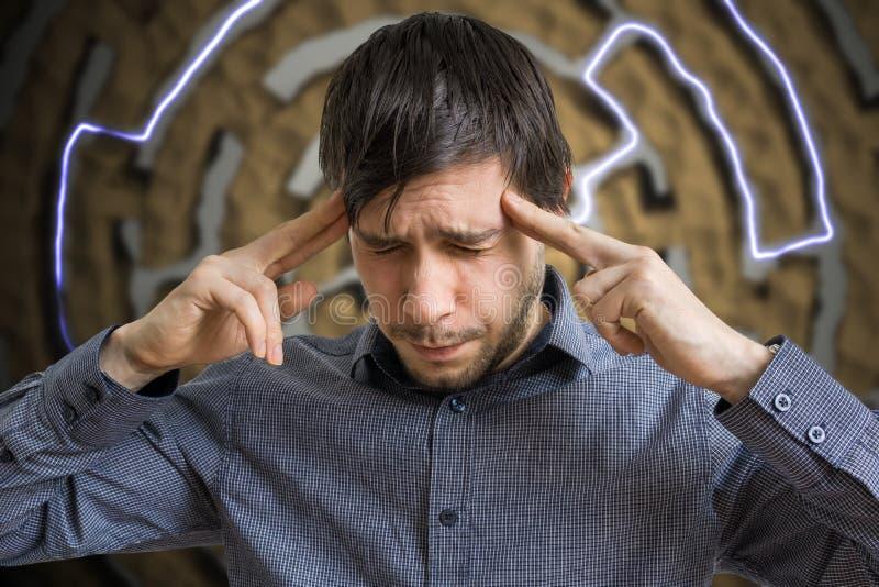 Junger intelligenter Mann ist, suchend denkend und nach Lösung für schwierige Aufgabe lizenzfreie stockbilder