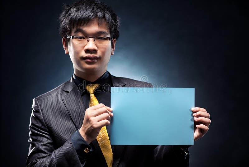 Junger Japan-Geschäftsmann mit Leerseite stockbild
