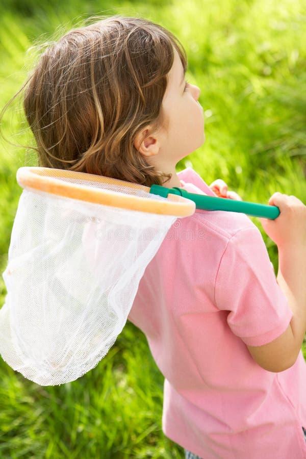 Junger Junge auf dem Gebiet mit Insekt-Netz lizenzfreie stockfotografie