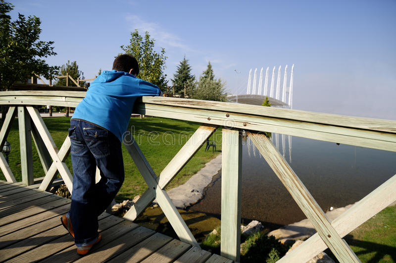 Junger Junge auf der Brücke stockfoto