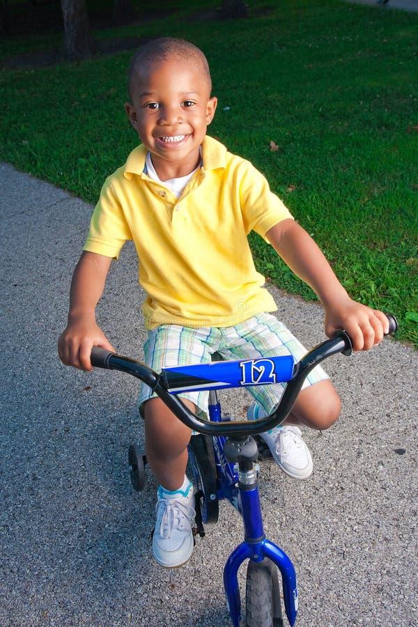 Junger Junge auf Fahrrad lizenzfreie stockfotos