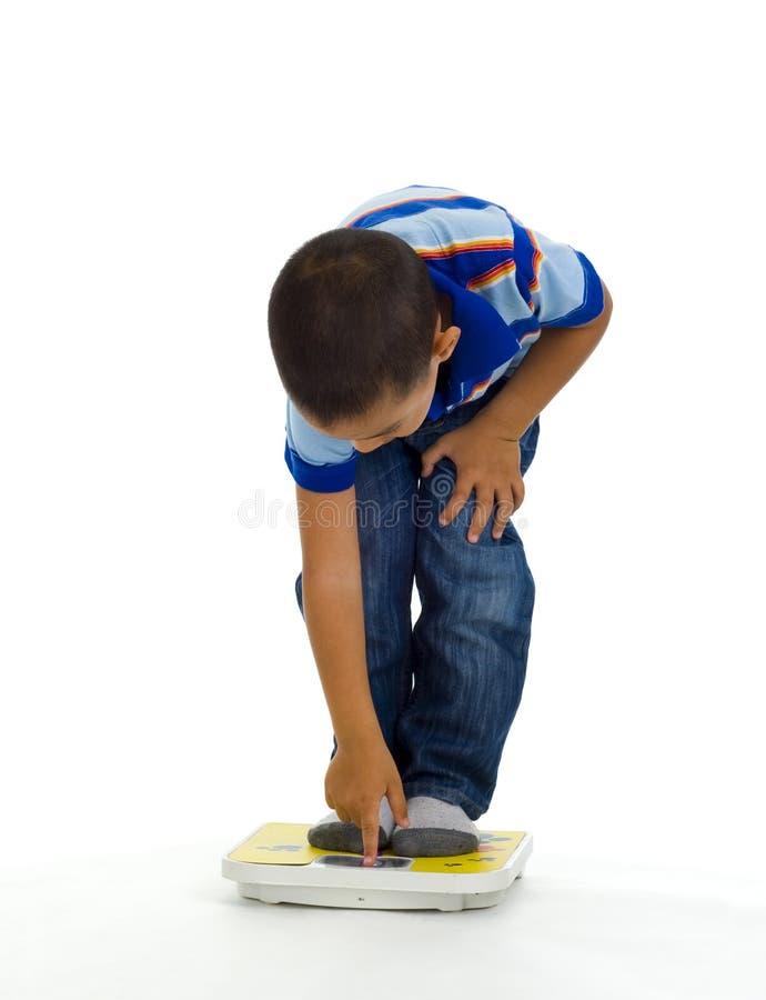 Junger Junge auf Skala lizenzfreies stockfoto