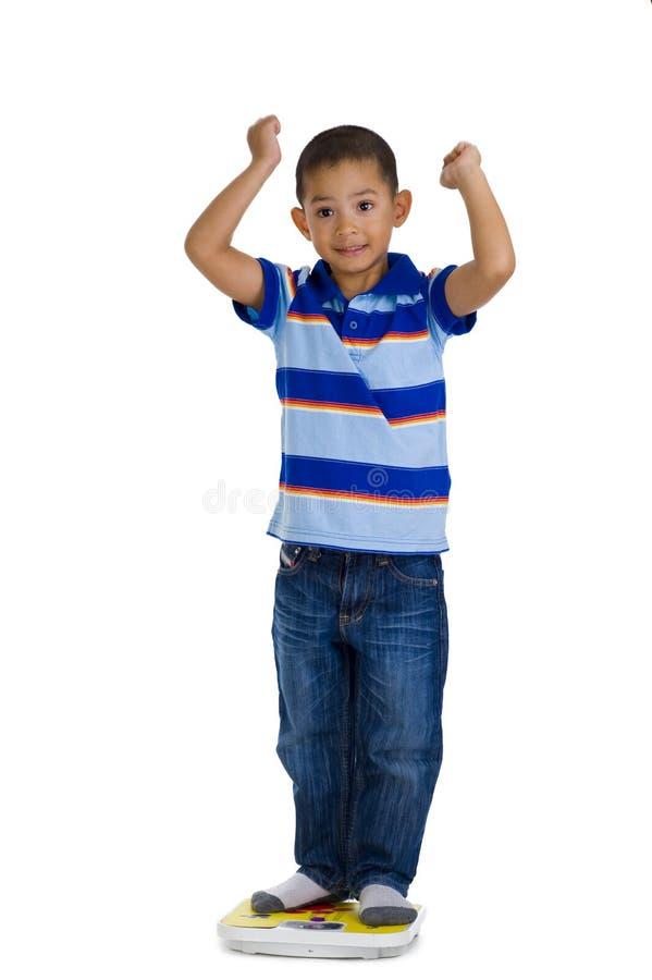 Junger Junge auf Skala stockfoto