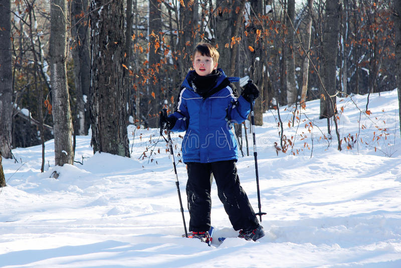 Junger Junge auf Snowshoes stockbild