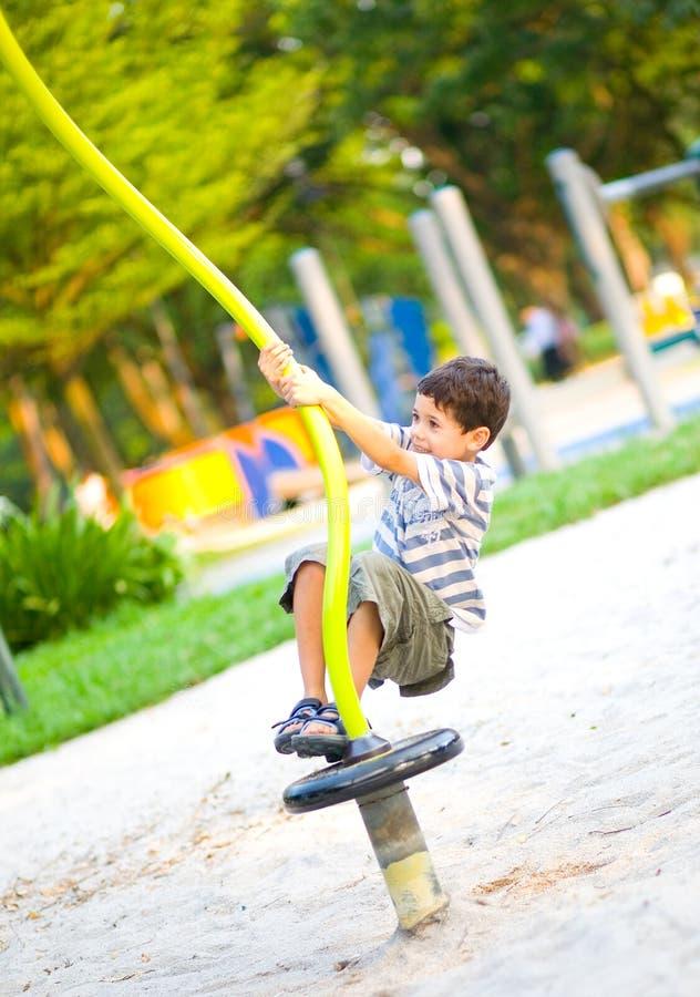 Junger Junge auf Spielplatzaktivität, lizenzfreie stockbilder