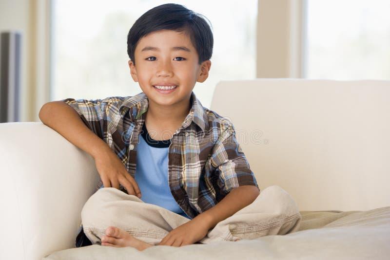 Junger Junge beim Wohnzimmerlächeln lizenzfreie stockfotografie