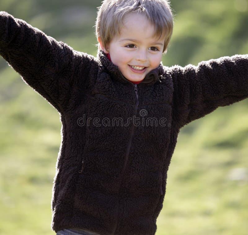 Junger Junge, der draußen läuft stockbilder