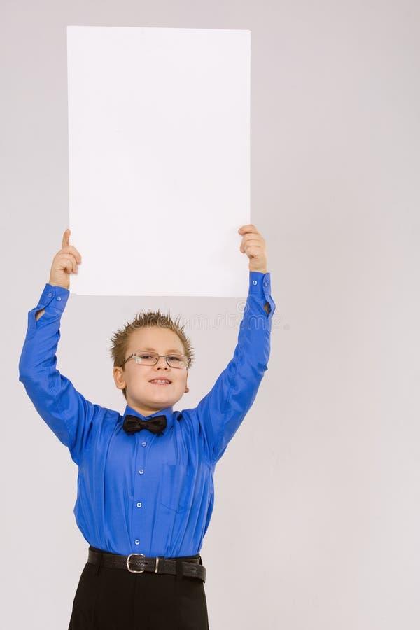 Junger Junge, der eine leere bekanntmachende Karte anhält stockbilder