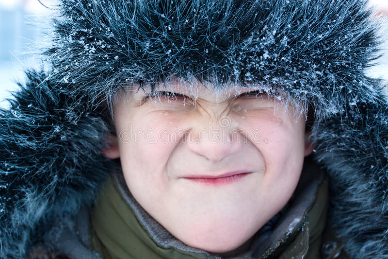 Junger Junge, der Gesicht bildet stockfotografie