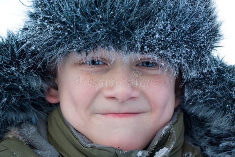 Junger Junge, der Gesicht bildet lizenzfreies stockbild
