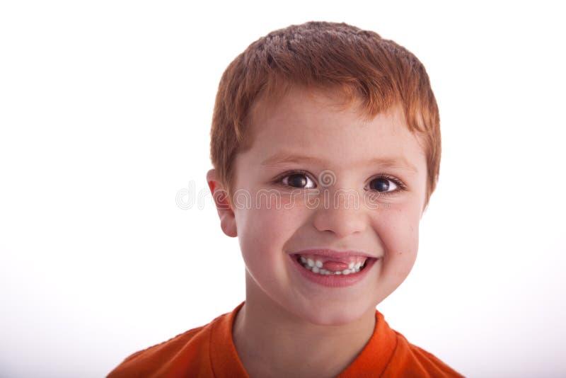 Junger Junge, der Gesichtsexpresions aufwirft stockbild