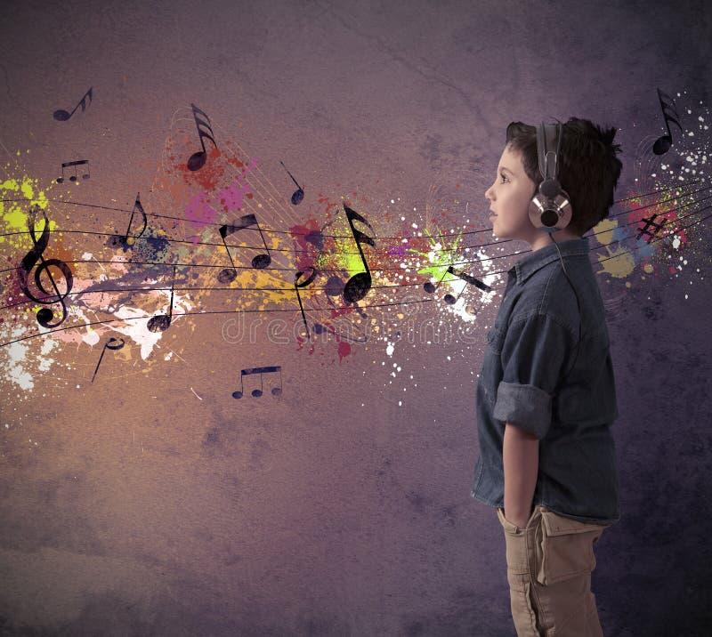 Junger Junge, der Musik hört lizenzfreie stockfotos