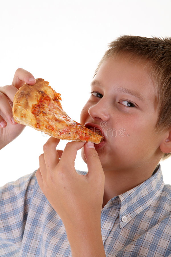 Junger Junge, der Pizza isst lizenzfreies stockfoto