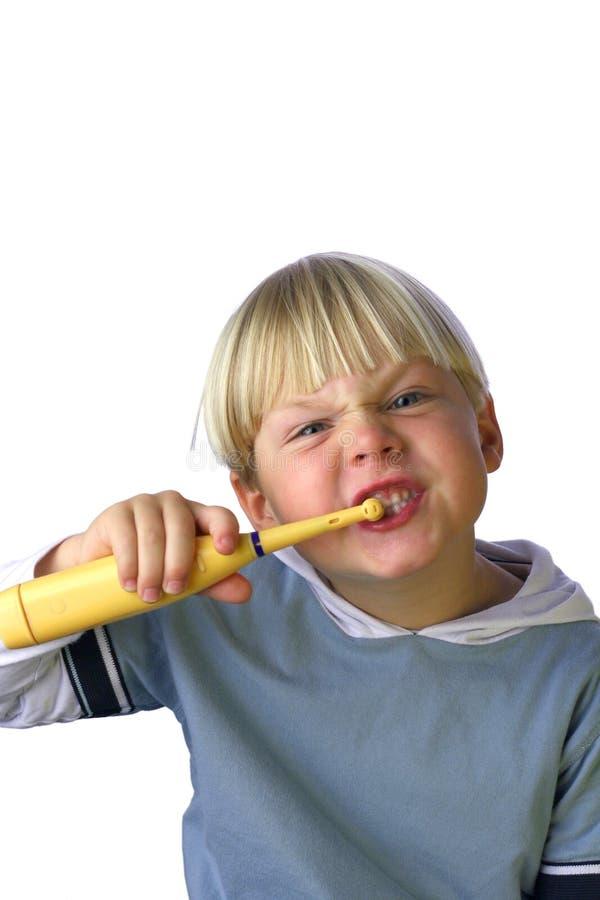 Junger Junge, der seine Zähne V säubert stockbilder