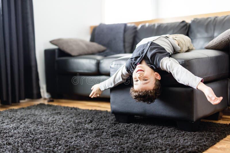 Junger Junge, der sich zu Hause auf Sofa entspannt lizenzfreies stockfoto