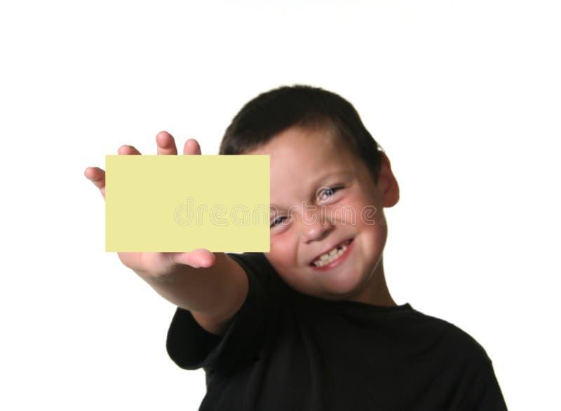 Junger Junge, der unbelegtes Zeichen anhält lizenzfreie stockfotografie