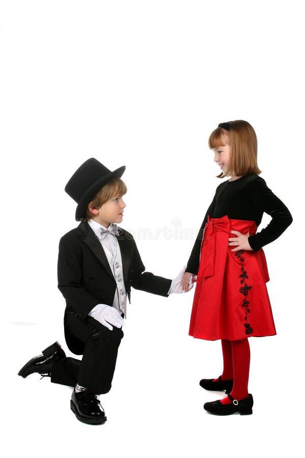 Junger Junge, der unten knit und Hand des Mädchens anhält lizenzfreie stockfotografie