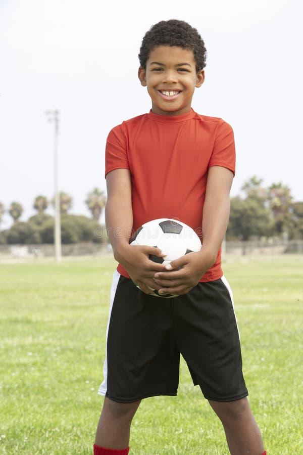 Junger Junge im Fußball-Team lizenzfreies stockfoto