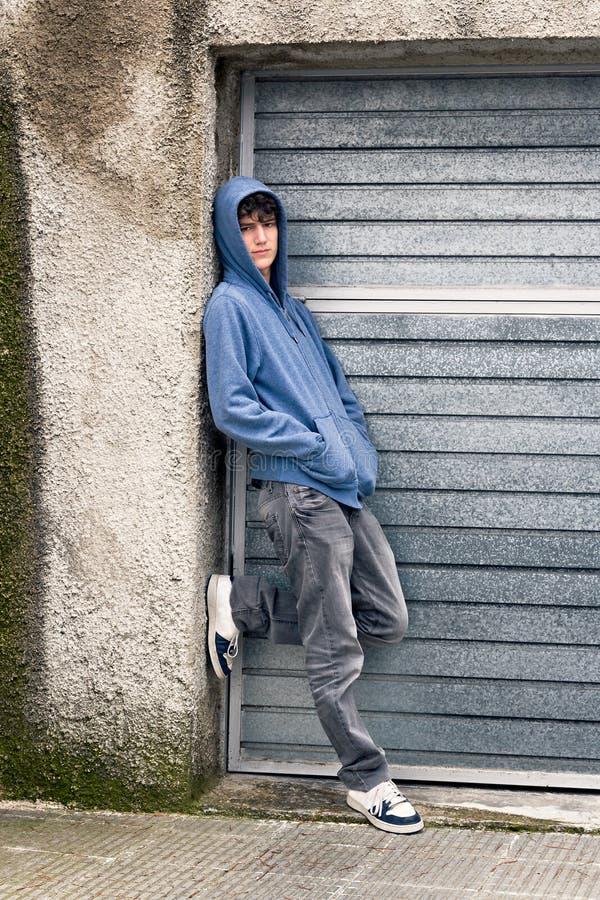 Junger Junge im städtischen Hintergrund lizenzfreie stockbilder